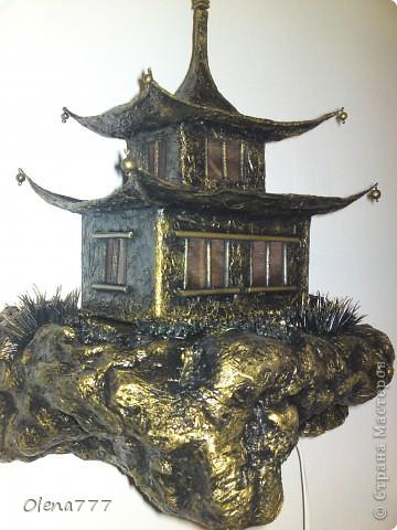 """Здравствуйте, Мастера и Мастерицы! Идея такого светильника-домик на скале, возникла уже давно, но время нашла только сейчас. Итак, светильник """"Пагода"""": стены-картон; рамы-деревянные шпажки; крыша- проволока, скотч, салфетки; скала- пенопласт, фольга, салфетки. Очень надеюсь, что вам понравится мой светильник.  фото 14"""