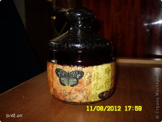 Здравствуйте, дорогие Мастерицы! мое новое вытворение))) бутылка из-под горячительного. увидела такую салфетку- устоять не смогла.. декупаж прямой и обратный. фото 9