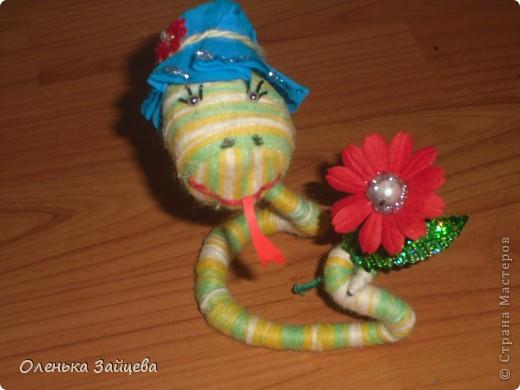 Вот такая змейка у меня получилась!!! Если производство игрушек пойдет такими темпами, мне их через недельку будет некуда девать:) фото 3
