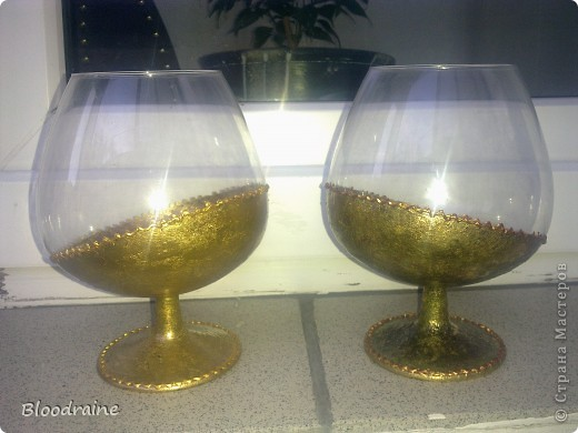 Мои попытки работать с поталью) правый стакан потемнел, не нанесла клей перед лаком, но эффект старинного золота получился - необычно! фото 1