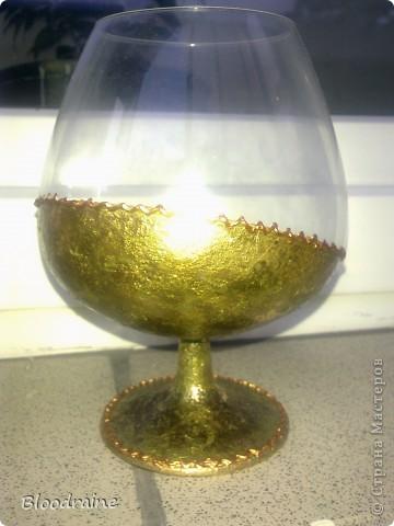 Мои попытки работать с поталью) правый стакан потемнел, не нанесла клей перед лаком, но эффект старинного золота получился - необычно! фото 3