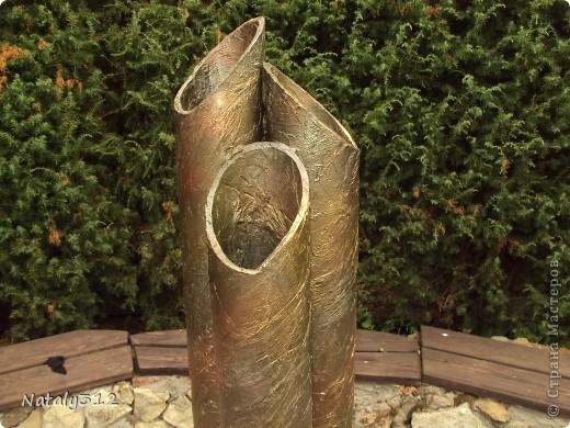 Удалось добыть картонные тубы из-под линолеума, которые превратились в вазы. Дно вырезано из оргалита, декорированы салфетками и аэрозольными красками. фото 4