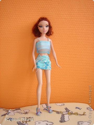 Здравствуйте, все жители Страны Мастеров! Это моя первая запись в блоге, она будет о кукольной одежде. Мою куклу зовут Челси, она появилась у нас несколько лет назад, ее я нашла под елочкой 1го января. Эта кукла - моя любимая до сих пор, и именно на нее я шью разные наряды. Почему-то моей 3,5летней сестренке куда больше нравятся сшитые наряды, чем покупные бальные и другие платья (их у нас целый мешок, а кукол - 34). ну а вот и сама Челси, пока что в покупных нарядах: фото 1