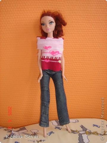 Здравствуйте, все жители Страны Мастеров! Это моя первая запись в блоге, она будет о кукольной одежде. Мою куклу зовут Челси, она появилась у нас несколько лет назад, ее я нашла под елочкой 1го января. Эта кукла - моя любимая до сих пор, и именно на нее я шью разные наряды. Почему-то моей 3,5летней сестренке куда больше нравятся сшитые наряды, чем покупные бальные и другие платья (их у нас целый мешок, а кукол - 34). ну а вот и сама Челси, пока что в покупных нарядах: фото 5