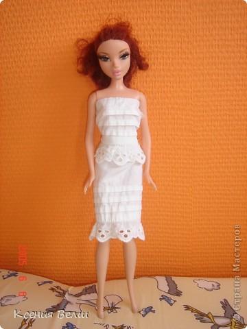Здравствуйте, все жители Страны Мастеров! Это моя первая запись в блоге, она будет о кукольной одежде. Мою куклу зовут Челси, она появилась у нас несколько лет назад, ее я нашла под елочкой 1го января. Эта кукла - моя любимая до сих пор, и именно на нее я шью разные наряды. Почему-то моей 3,5летней сестренке куда больше нравятся сшитые наряды, чем покупные бальные и другие платья (их у нас целый мешок, а кукол - 34). ну а вот и сама Челси, пока что в покупных нарядах: фото 7
