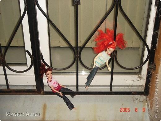 Вечером наши куклы решили прогуляться во дворе. Вылезли из окна - ... фото 1