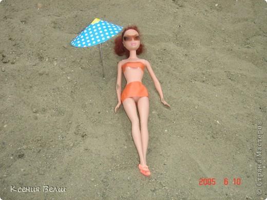Наша Челси решила отправиться отдохнуть. Ну, это не море, конечно, а водохранилище с пляжами, но для куклы - настоящий океан!  Загорает... фото 1