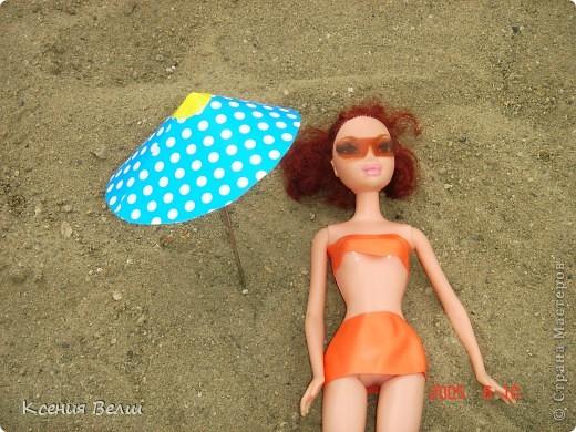 Наша Челси решила отправиться отдохнуть. Ну, это не море, конечно, а водохранилище с пляжами, но для куклы - настоящий океан!  Загорает... фото 4