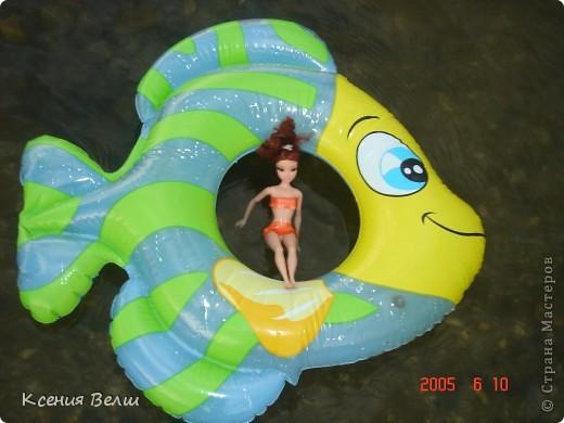 Наша Челси решила отправиться отдохнуть. Ну, это не море, конечно, а водохранилище с пляжами, но для куклы - настоящий океан!  Загорает... фото 6