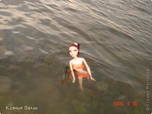 Наша Челси решила отправиться отдохнуть. Ну, это не море, конечно, а водохранилище с пляжами, но для куклы - настоящий океан!  Загорает... фото 7