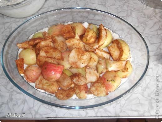 Мой сын очень плохо ест творог, поэтому экспериментирую. Вроде бы простое блюдо, обыкновенная запеканка, но какая она нежная и вкусная.  Необходимо: 500 г творога; 150 г сметаны; 2 яйца; 2 ст. л. муки; 2 ст. л. сахара; яблоки (любые); молотая корица. фото 3