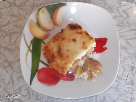 Мой сын очень плохо ест творог, поэтому экспериментирую. Вроде бы простое блюдо, обыкновенная запеканка, но какая она нежная и вкусная.  Необходимо: 500 г творога; 150 г сметаны; 2 яйца; 2 ст. л. муки; 2 ст. л. сахара; яблоки (любые); молотая корица. фото 1