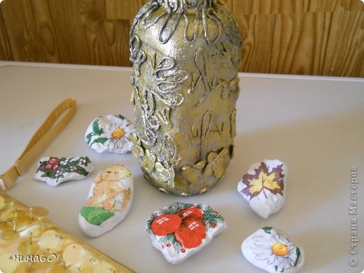 вот она моя первая (пейп-артовская)бутылка,спасибки ТатьянеСорокиной за мастер-класс,редюкюль-то готовый,для красоты..значить положила.. фото 2