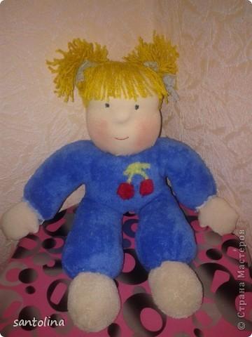 Крестнице на день рождения  сшила вот такие игрушки за один вечер . Куколка - пупс в пришивном-  комбинезоне ,ростом 40см. Котик  глазастик длиной 20см. Опять таки первая работа  в таком стиле , впервые попробовала сшить вольдорфскую куклу , пока не совсем удачно как хотелось бы, так что не судите строго. Немного спешила, так как уже утром игрушки уехали к новой хозяйке на подарок, поэтому фото уже делала вечером. фото 2