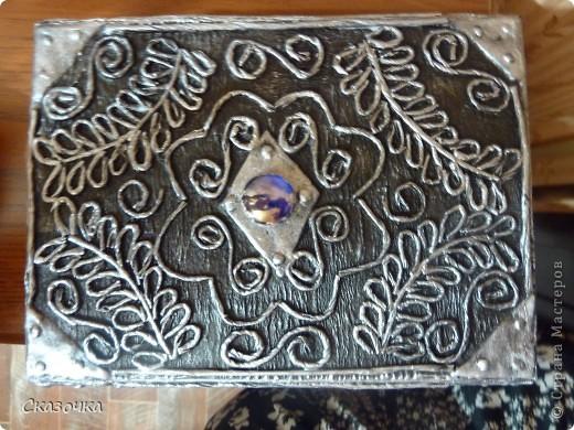 Благодаря этой технике Татьяны Сорокиной http://stranamasterov.ru/user/151613 я и нашла этот чудесный сайт с такими гостеприимными жителями. У меня оооочень давно оставалась коробочка с магнитиком из под масок. Вот из нее и попробовала сделать серебряную. Лепка из соленого теста. фото 4