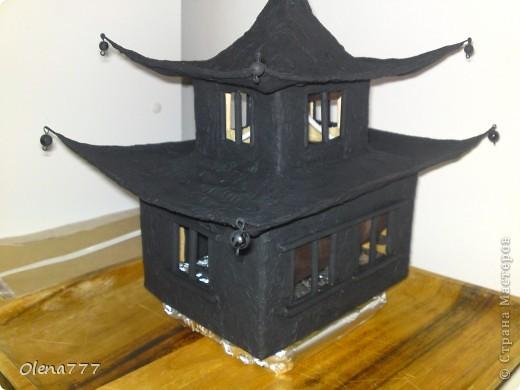 """Здравствуйте, Мастера и Мастерицы! Идея такого светильника-домик на скале, возникла уже давно, но время нашла только сейчас. Итак, светильник """"Пагода"""": стены-картон; рамы-деревянные шпажки; крыша- проволока, скотч, салфетки; скала- пенопласт, фольга, салфетки. Очень надеюсь, что вам понравится мой светильник.  фото 20"""