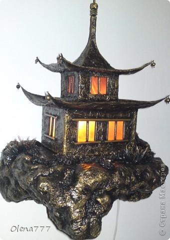 """Здравствуйте, Мастера и Мастерицы! Идея такого светильника-домик на скале, возникла уже давно, но время нашла только сейчас. Итак, светильник """"Пагода"""": стены-картон; рамы-деревянные шпажки; крыша- проволока, скотч, салфетки; скала- пенопласт, фольга, салфетки. Очень надеюсь, что вам понравится мой светильник.  фото 25"""