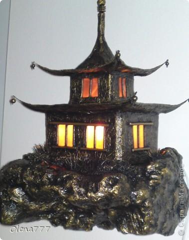 """Здравствуйте, Мастера и Мастерицы! Идея такого светильника-домик на скале, возникла уже давно, но время нашла только сейчас. Итак, светильник """"Пагода"""": стены-картон; рамы-деревянные шпажки; крыша- проволока, скотч, салфетки; скала- пенопласт, фольга, салфетки. Очень надеюсь, что вам понравится мой светильник.  фото 24"""