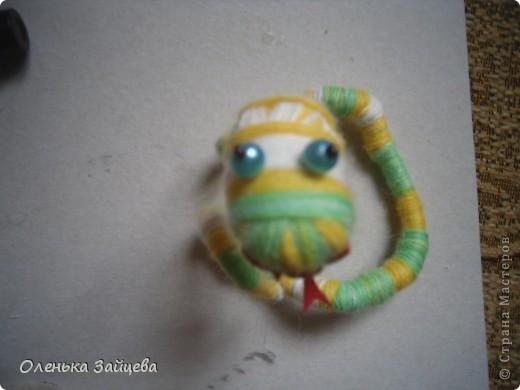 Меня попросили поделиться методикой изготовления подобной змеи, что я с удовольствием и делаю. К тому же не за горами уже новый год, и как раз придет год змеи, авось кому пригодиться:) фото 13