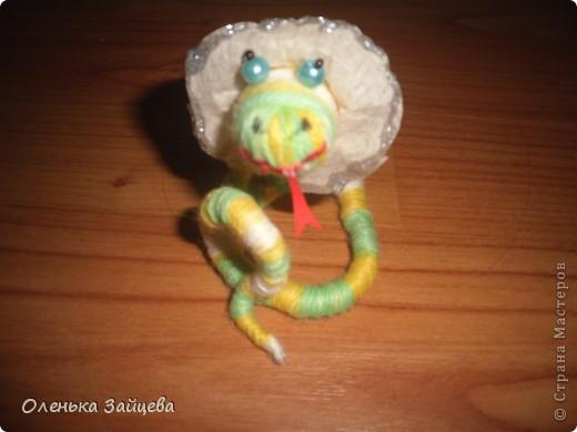 Меня попросили поделиться методикой изготовления подобной змеи, что я с удовольствием и делаю. К тому же не за горами уже новый год, и как раз придет год змеи, авось кому пригодиться:) фото 1