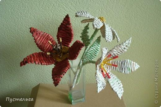 Я цветов наплела...  Скоро очередной экофестиваль, и там я буду показывать, что можно сделать из старых газет. фото 3