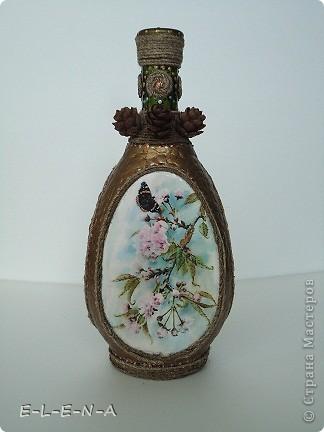 На этой бутылочке я экспериментировала. Первый  декупаж, первый яичный кракелюр, первый точечный декор. фото 1
