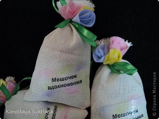 Сегодня первый день отпуска и есть время подготовиться к выставке. Вот такие саше я сделала для участников выставки. Спасибо Гайдаенко Елене за идею. Мои мешочки наполнены ароматными травами из моего палисадника: мята, лаванда, цветки хмеля, лепестки роз и герани. Запах очень сильный.  фото 2
