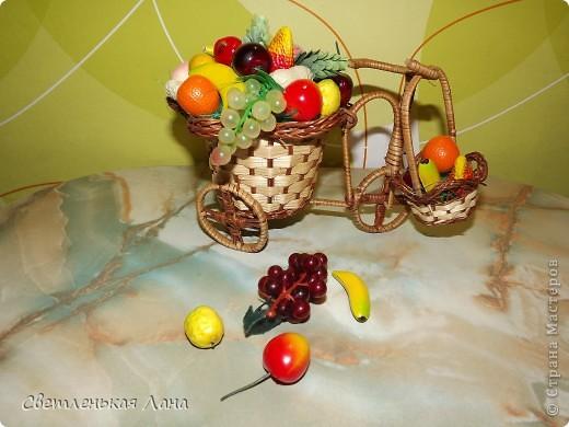 Доброго времени суток всем жителям СМ!!! Представляю вам мою новую повозку и корзинку с фруктами. Фрукты все покупные, в основе повозки я использовала пенопласт, сверху сизаль зеленого цвета.  фото 5