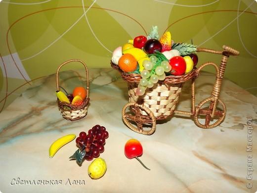 Доброго времени суток всем жителям СМ!!! Представляю вам мою новую повозку и корзинку с фруктами. Фрукты все покупные, в основе повозки я использовала пенопласт, сверху сизаль зеленого цвета.  фото 1