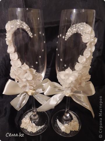 После небольшого затишья, мой очередной заказ на свадебные бокалы. Попросили высокие бокалы и белый цвет. И вот, что у меня получилось... =) фото 3