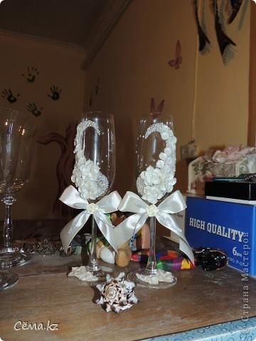 После небольшого затишья, мой очередной заказ на свадебные бокалы. Попросили высокие бокалы и белый цвет. И вот, что у меня получилось... =) фото 4