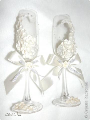 После небольшого затишья, мой очередной заказ на свадебные бокалы. Попросили высокие бокалы и белый цвет. И вот, что у меня получилось... =) фото 2