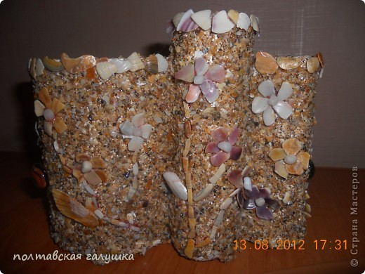 Использовала битую маленькую(почти песок) и большую ракушку с Феодосии, а так же цветочки из ракушек, привезенных невесткой с Арбатской стрелки. фото 5