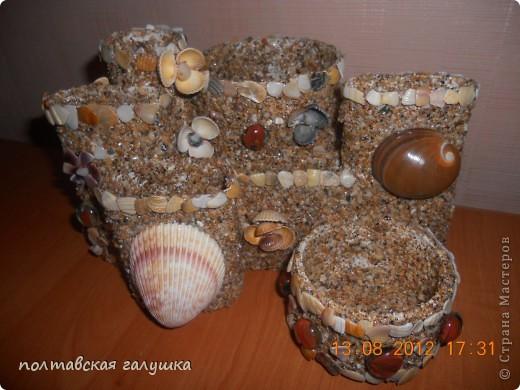 Использовала битую маленькую(почти песок) и большую ракушку с Феодосии, а так же цветочки из ракушек, привезенных невесткой с Арбатской стрелки. фото 2