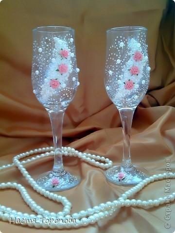 Представляю мои первые свадебные бокалы, делала на свадьбу подруги. Напишите, пожалуйста всю правду, выдержу самую жесткую критику)))) фото 2