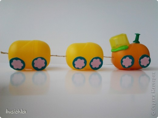 Смастерили с Кирюхой (точнее я мастерила, а сынуля наблюдал) несколько игрушек. Поезд из киндеров. фото 1