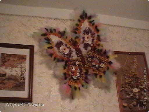 Бабочка сделана из природного материала, цветов-сухоцветов. перьев птиц и все приклеено на пенопластовую форму. фото 2