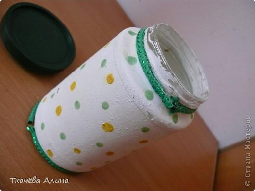 Нам понадобится стеклянная банка, белая краска для стен, губка, узорчатая салфетка, клей ПВА, кисточка, акварельные краски зелёного и жёлтого цвета и 2-е ярких верёвочки. фото 3