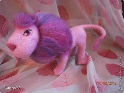 Так как сейчас август и все именинники по знаку Зодиака - Львы, то и львиная тема у меня в разгаре. Этого льва попросили сделать в подарок девочке, которая очень любит розовый цвет. Так и родился Цветик - нежный и гламурный. фото 3