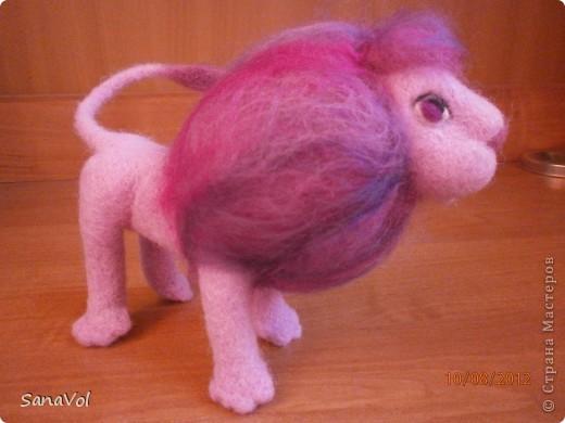 Так как сейчас август и все именинники по знаку Зодиака - Львы, то и львиная тема у меня в разгаре. Этого льва попросили сделать в подарок девочке, которая очень любит розовый цвет. Так и родился Цветик - нежный и гламурный. фото 7