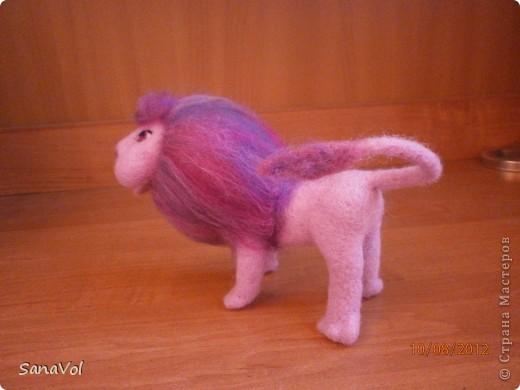 Так как сейчас август и все именинники по знаку Зодиака - Львы, то и львиная тема у меня в разгаре. Этого льва попросили сделать в подарок девочке, которая очень любит розовый цвет. Так и родился Цветик - нежный и гламурный. фото 8