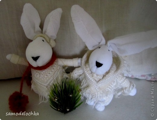 У кого-то еще лето и солнышко... а северные кролики уже идут через суровые снега, чтобы успеть до прихода Нового года... Даже елку несут, куда ж без нее!