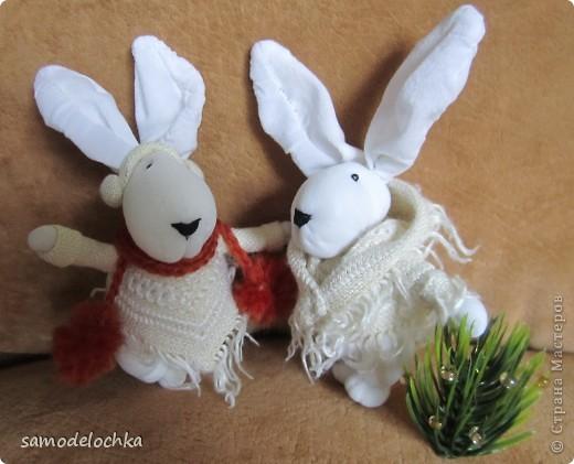 У кого-то еще лето и солнышко... а северные кролики уже идут через суровые снега, чтобы успеть до прихода Нового года... Даже елку несут, куда ж без нее! фото 2