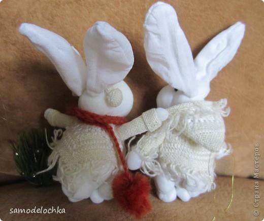 У кого-то еще лето и солнышко... а северные кролики уже идут через суровые снега, чтобы успеть до прихода Нового года... Даже елку несут, куда ж без нее! фото 9