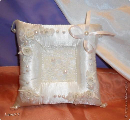 """Очень хотелось сделать свадебные подушечки.Как обычно были эксперименты с цветом.Но после того,как хозяйка свадебного салона сказала категорично : """"Забудьте про розовый цвет""""- остановилась на классике- белом и  молочном. фото 2"""