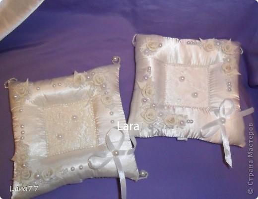 """Очень хотелось сделать свадебные подушечки.Как обычно были эксперименты с цветом.Но после того,как хозяйка свадебного салона сказала категорично : """"Забудьте про розовый цвет""""- остановилась на классике- белом и  молочном. фото 1"""