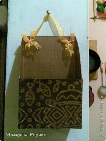 """Сделано из коробки из-под овсянки """"Солнышко"""", форма вырезана произвольно, возможна и другая, конечно. Внутри покрашена гуашью, снаружи обклеена красивой бумагой. Можно, конечно, сделать и красивее, тканью отделать изнутри и снаружи. Тут на вкус и цвет)) У нас кухня коммунальная, поэтому цвет темный) фото 2"""