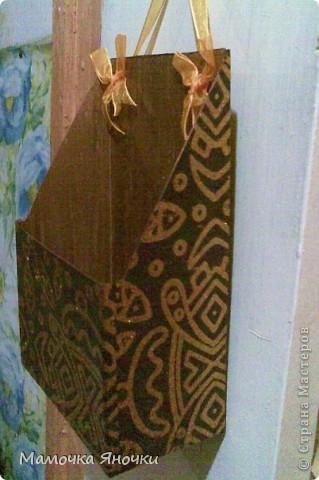 """Сделано из коробки из-под овсянки """"Солнышко"""", форма вырезана произвольно, возможна и другая, конечно. Внутри покрашена гуашью, снаружи обклеена красивой бумагой. Можно, конечно, сделать и красивее, тканью отделать изнутри и снаружи. Тут на вкус и цвет)) У нас кухня коммунальная, поэтому цвет темный) фото 3"""