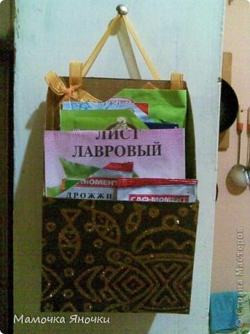 """Сделано из коробки из-под овсянки """"Солнышко"""", форма вырезана произвольно, возможна и другая, конечно. Внутри покрашена гуашью, снаружи обклеена красивой бумагой. Можно, конечно, сделать и красивее, тканью отделать изнутри и снаружи. Тут на вкус и цвет)) У нас кухня коммунальная, поэтому цвет темный) фото 4"""