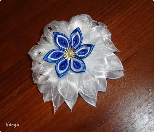 В предыдущей записи https://stranamasterov.ru/node/403473 я хвасталась своими цветочками. Наваяла сейчас очередной к 1 сентября и к синей школьной форме, попутно засняв процесс. На авторство идеи ни в коем случае не претендую, один раз посмотрела МК на Одноклассниках http://www.odnoklassniki.ru/group/51569977655546/album/52272169615610 ...просто рассказываю, как такие делала я...